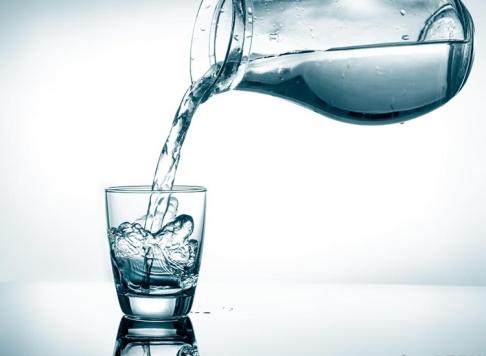 beba-agua-antes-de-dormir-acordar-purifica-funcao-yoga
