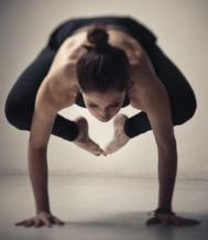 beneficios-de-bakaasana-kakasana-yoga