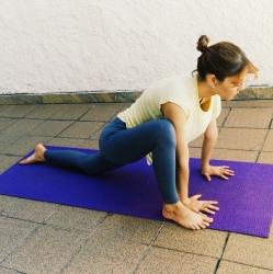 ardha-hanumanasana-yoga-para-tpm-iniciantes