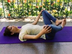 giro-joelhos-apanasana-yoga-para-tpm-iniciantes