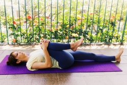 pavana-muktasana-yoga-para-tpm-iniciantes