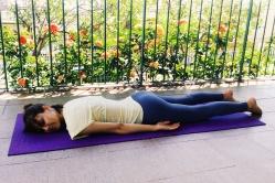 shavasana-invertido-yoga-para-tpm-iniciantes