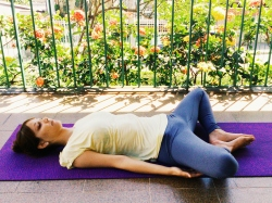 supta-baddha-konasana-yoga-para-tpm-iniciantes