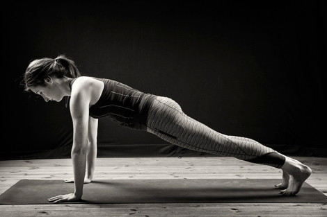 conheca-caturanga-dandasana-ajustes-beneficios-prancha-yoga