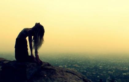 beneficios-do-yoga-ushtrasana-a-postura-do-camelo-