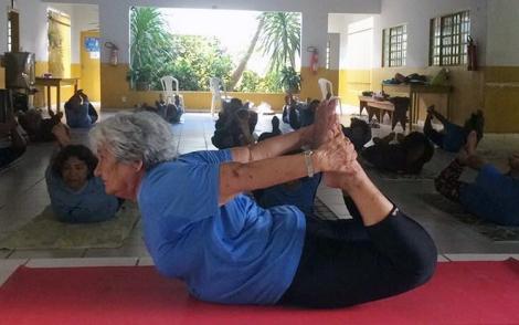 aposentada-82-anos-yoga-de-graça-cuiaba