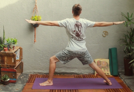 virabhadrasana-guerreiro-2-gilberto-schulz-yoga-em-casa