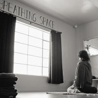 Conheça os benefícios e aprenda a fazer Bhastrika Pranayama, a respiração do fole
