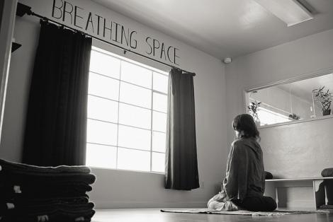 Conheça os benefícios e aprenda como fazer Bhastrika Pranayama, a respiração do fole